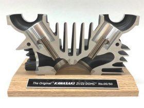 【新製品】カワサキ、Z2・Z1シリンダーヘッド復刻記念カットモデルを数量限定で発売